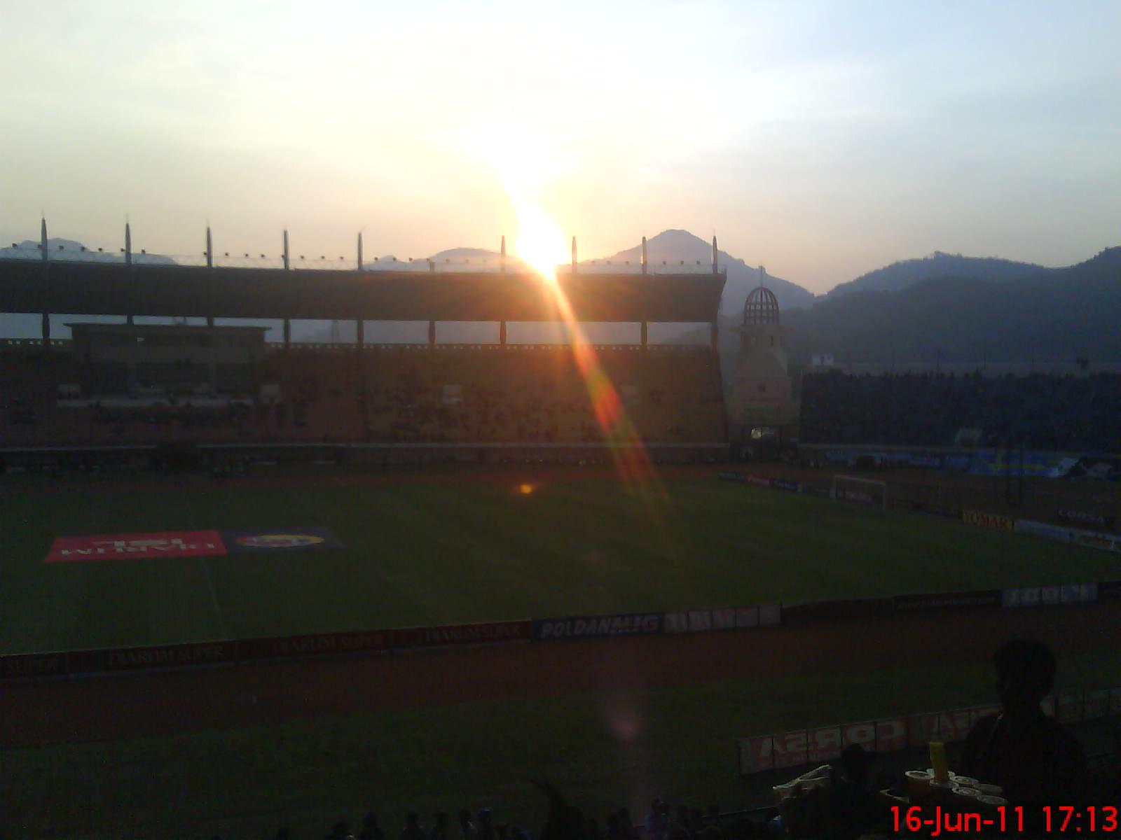 Stadion jalak harupat kala sore hari.JPG